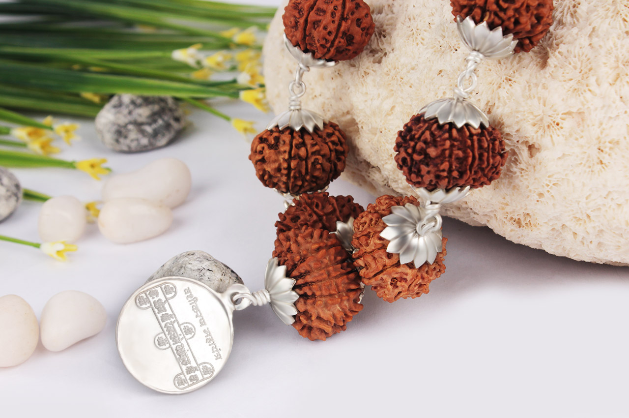 Kamdev Kantha in silver flower caps