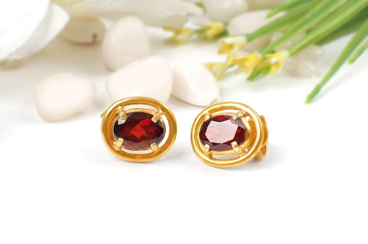 Red Garnet earring in pure gold